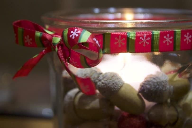Un pot de confiture transformé en bougeoir pour ma décoration de Noël.