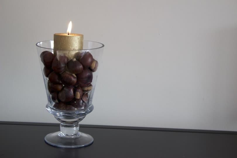 vase transformé en bougeoir avec des marrons
