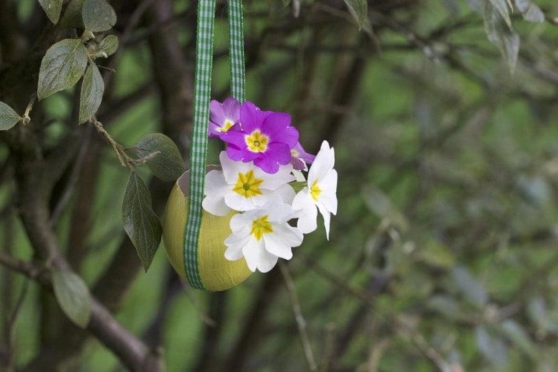 Suspension de Pâques réalisée avec une coquille d'oeuf