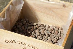 billes d'argile dans caisse à vin pour notre jardin