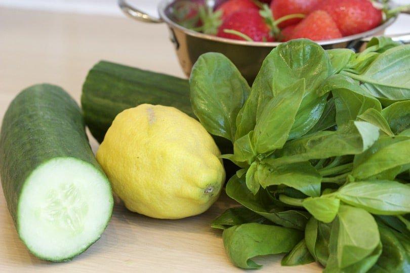 Ingrédients pour eaux infusées, concombre, citron, fraise et basilic