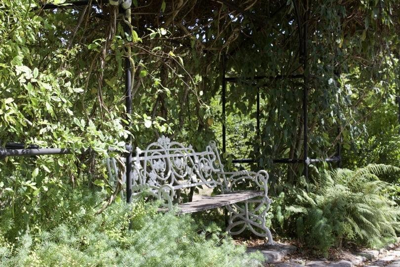 Banc du Jardin des Princes du château de Breteuil dans les Yvelines