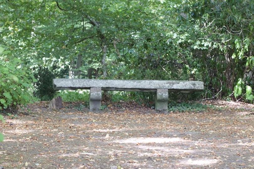 Banc le long des allées de châtaigniers dans le parc du château de Breteuil