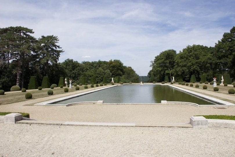 Bassin du parterre nord du château de Breteuil