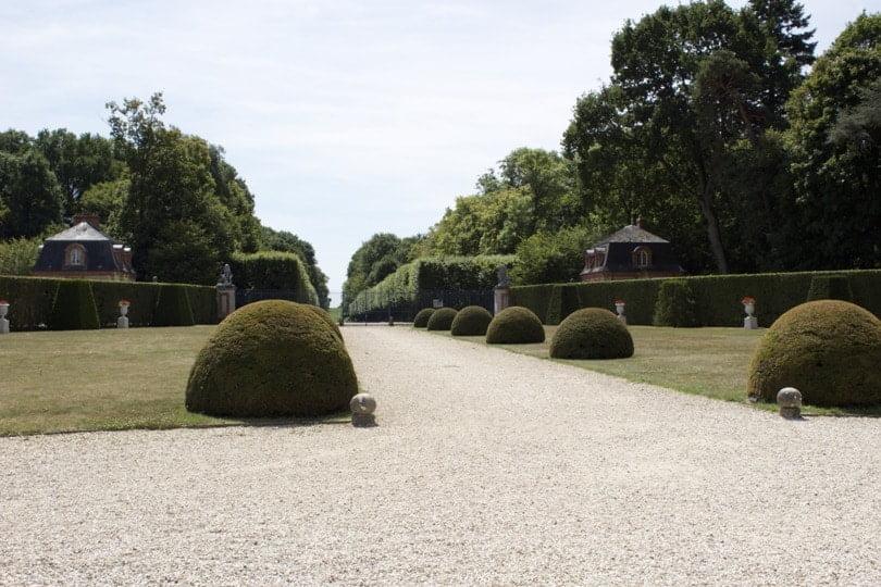 Entrée et parterre sud du château de Breteuil dans les Yvelines