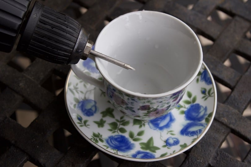 Perçage de la tasse mangeoire à oiseaux