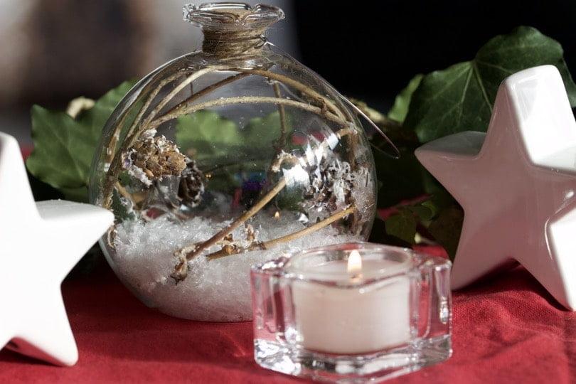 Décoration rouge et blanche pour la table du jour de l'an