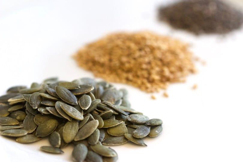 Les superaliments : graines de courge, de chia et de sésame.