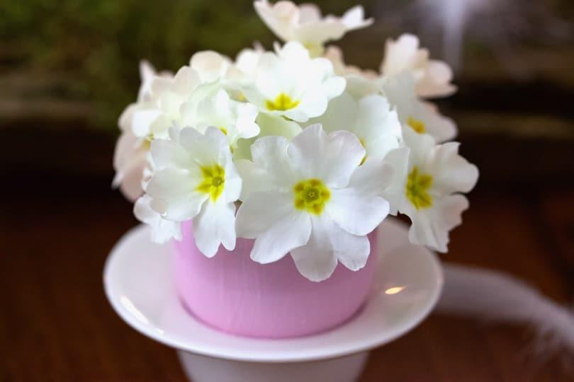 Des coquilles d'oeufs transformées en vases pour une jolie table pour pâques.