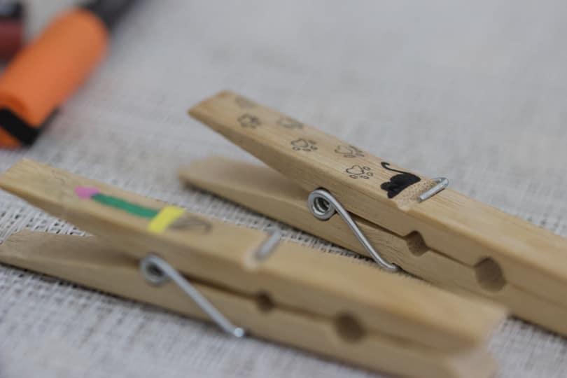 Personnaliser des pinces en bois avec de petits dessins.