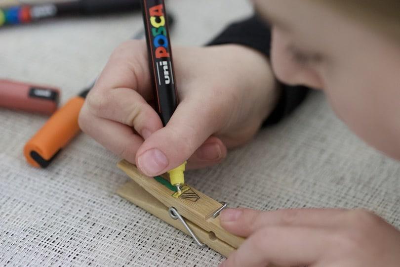Personnaliser des pinces à linges en bois.