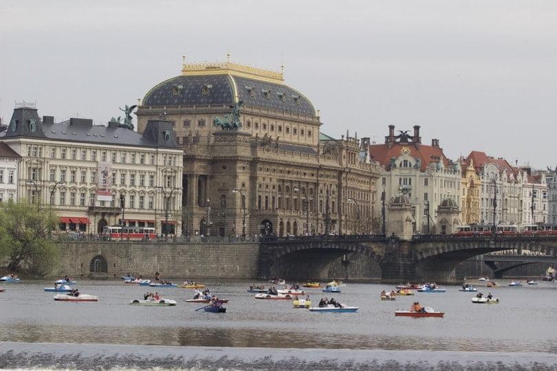 Théâtre national vu depuis l'île de Kampa à Prague