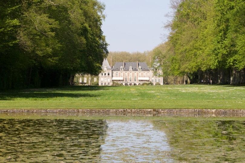 Façade du château de Courances côté parc