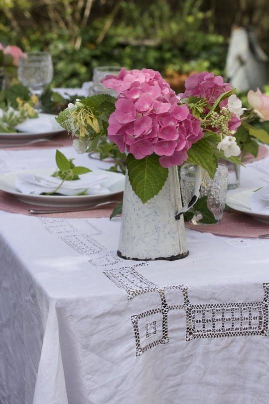 Hortensias pour une table d'été romantique au jardin.