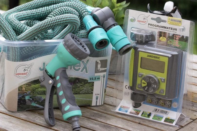 Mon équipement Jardibric, tuyau extensible et programmateur pour un bon arrosage du jardin en été.
