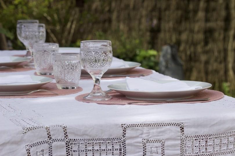 Verres à eau et vin pour une table romantique au jardin.