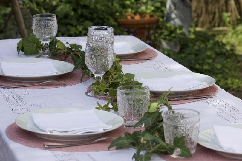 Lierre en chemin de table pour une table d'été romantique au jardin.