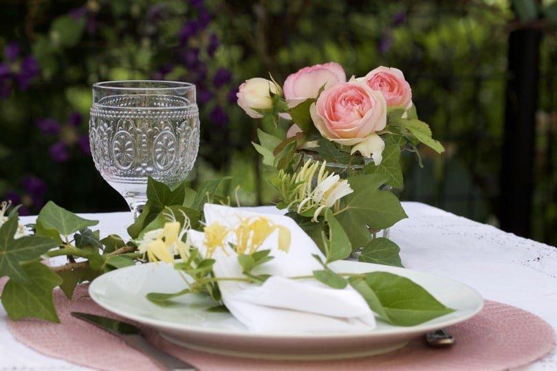 Une table d'été romantique au jardin.