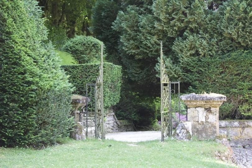 Entrée du jardin de la lune du château d'Ambleville