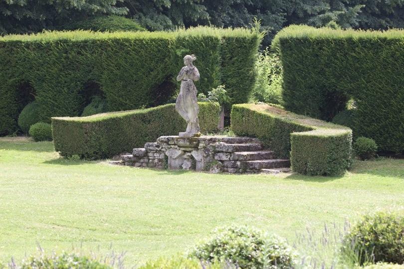 Jardin devant les parties sud du château d'Ambleville