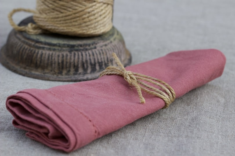 Rond de serviette en ficèle pour une table d'été champêtre.