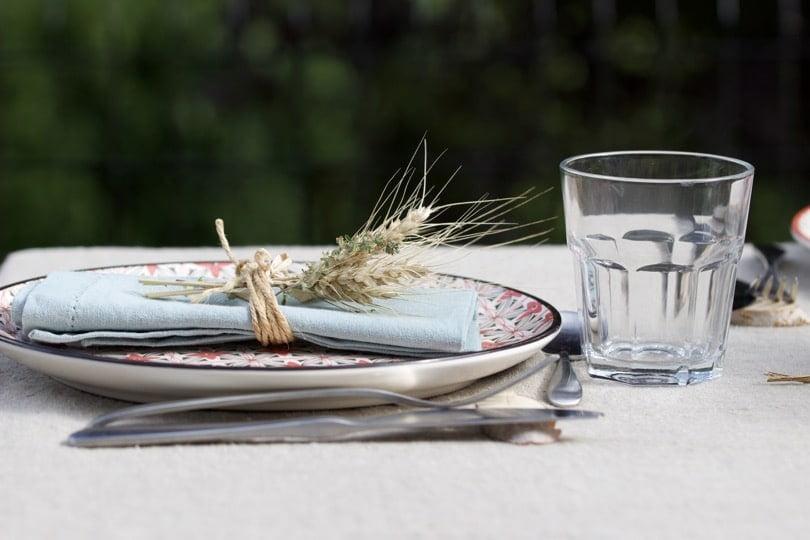Des assiettes dépareillées pour une table d'été champêtre.