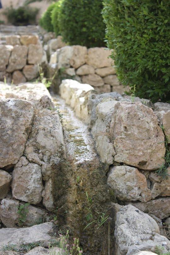 Canaux le long des marches des jardins d'Alfàfia à Majorque
