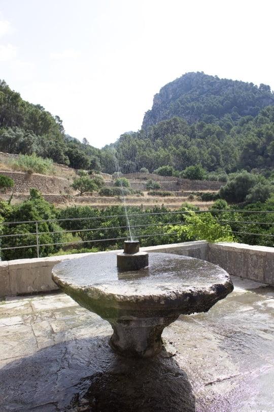 Table en pierre des jardins d'Alfàbia à Majorque