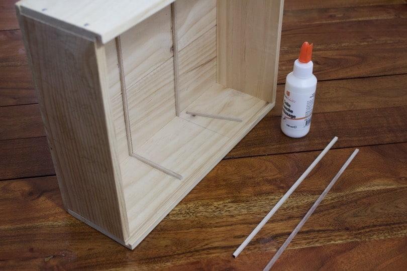 Positionnement des baguettes en bois pour les compartiments de la boîte à graines