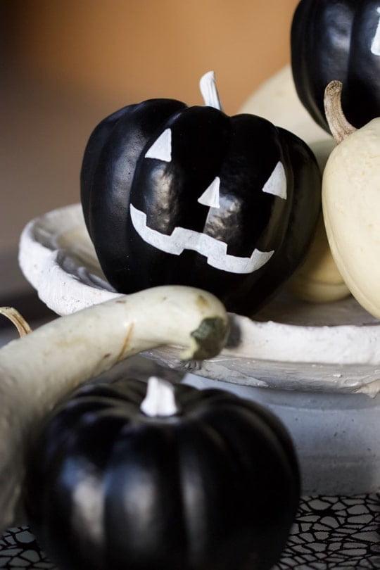 Coloquinte avec un visage effrayant pour un Halloween en noir et blanc.