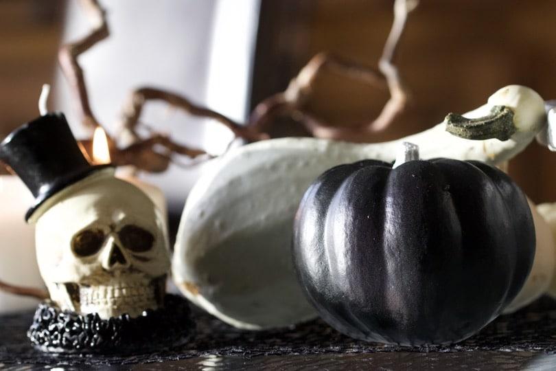 Décoration de la table du salon pour un Halloween en noir et blanc