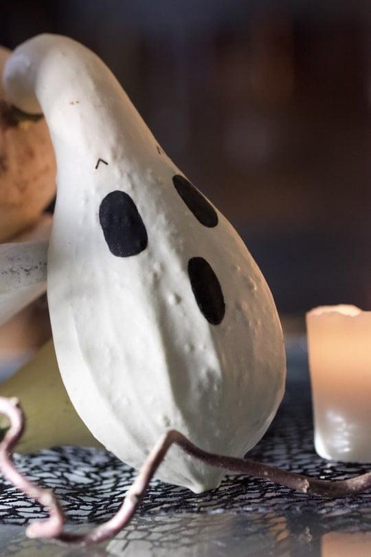 Coloquinte fantôme pour un Halloween en noir et blanc.