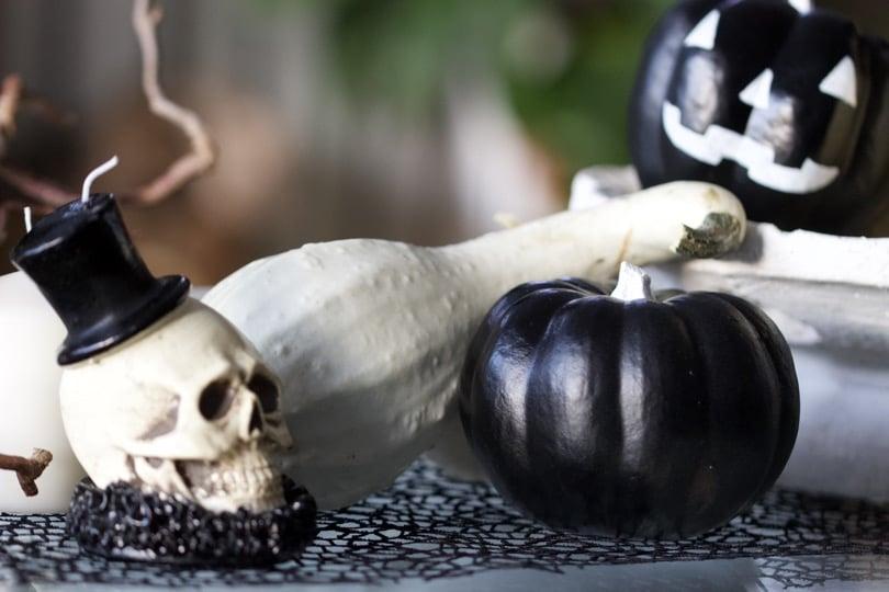 Coloquinte peinte en noir pour un Halloween en noir et blanc.