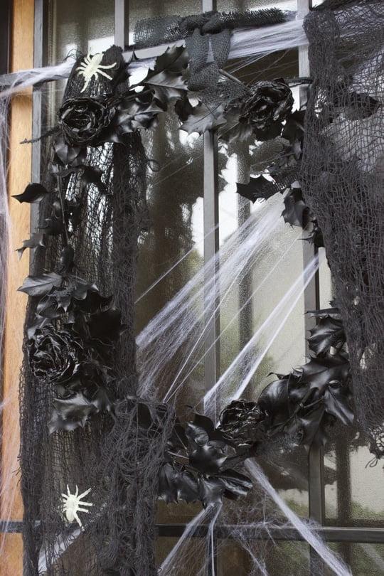 Couronne de porte pour un Halloween en noir et blanc