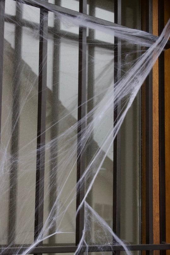 Fausse toile d'araignée sur la porte d'entrée pour Halloween