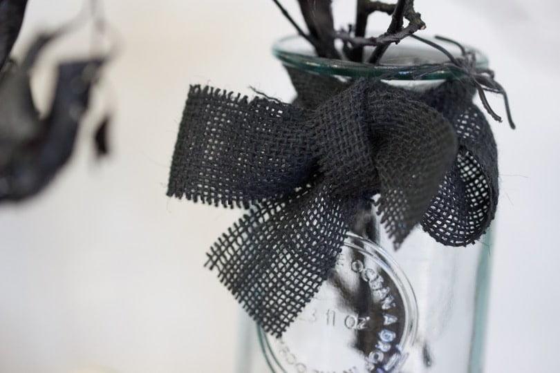 Bouquet sinistre pour Halloween et son noeud en toile de jute