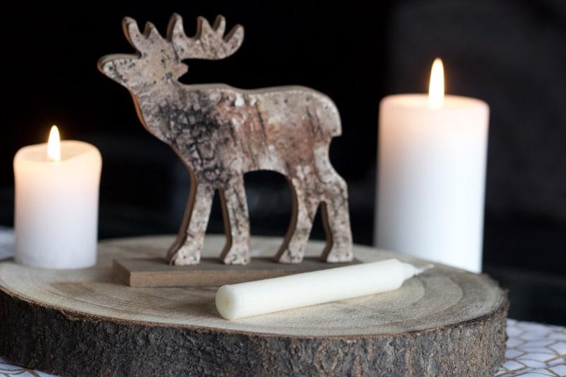 Un centre de table avec des bougies pour l'Avent