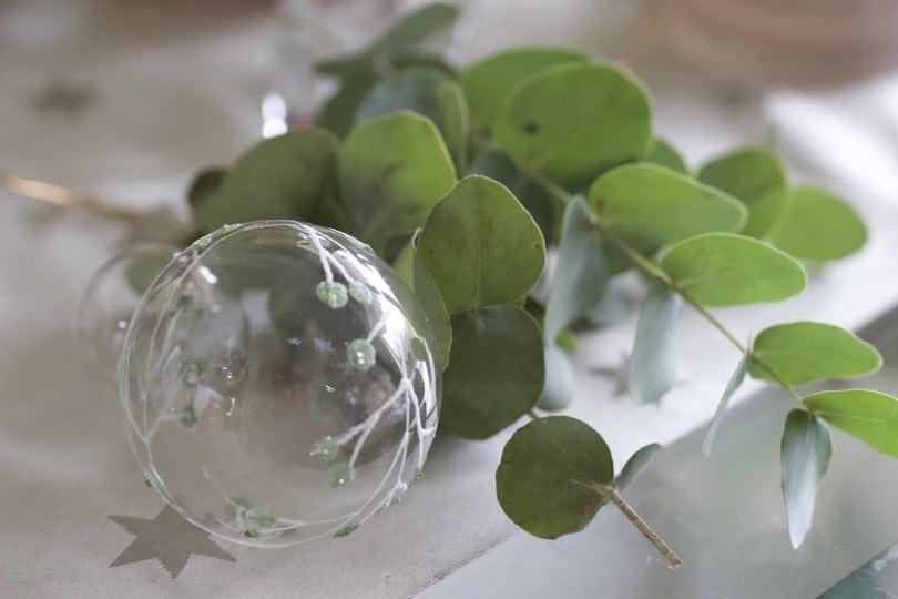 Eucalyptus et boules de Noël pour mon chemin de table pour Noël.