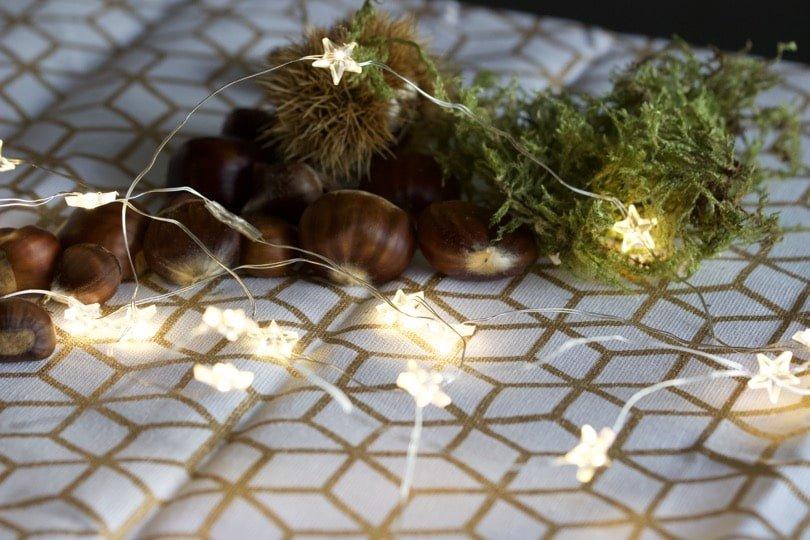 Une petite guirlande LED étoilée pour un centre de table avec des bougies pour l'Avent