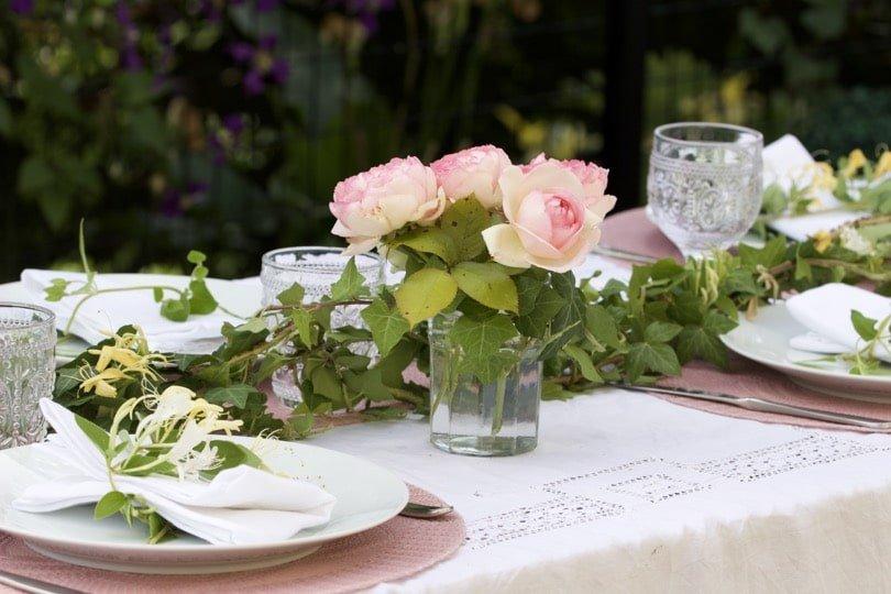 Une table romantique avec du lierre du jardin