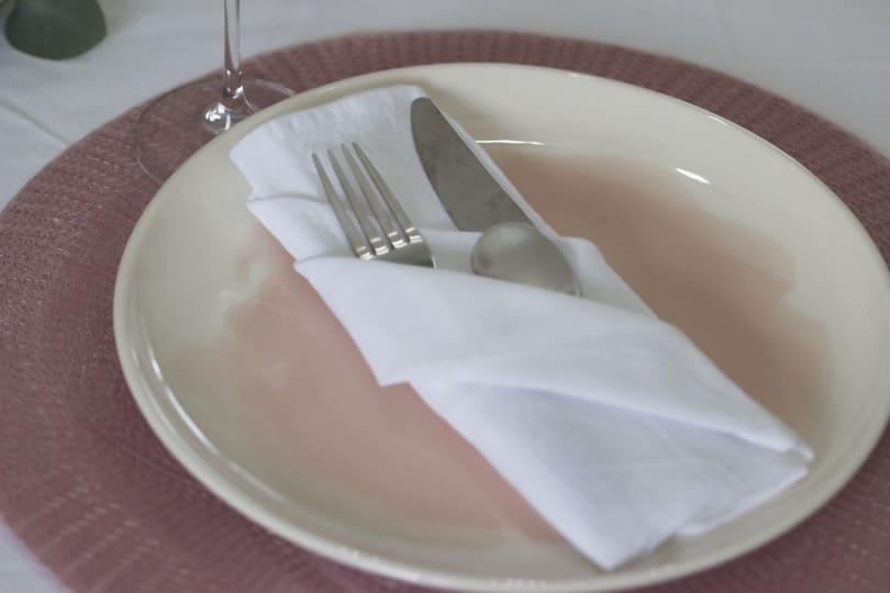 Des assiettes rose dragée pour la Saint-Valentin