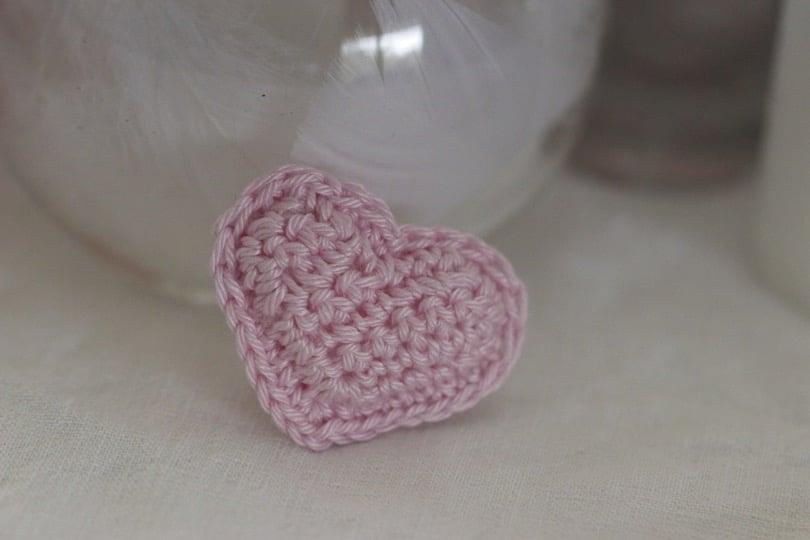 Petit coeur crocheté rose dragée
