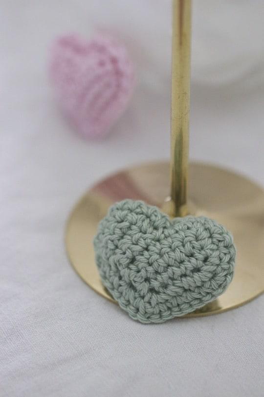 Petit coeur crocheté vert amande