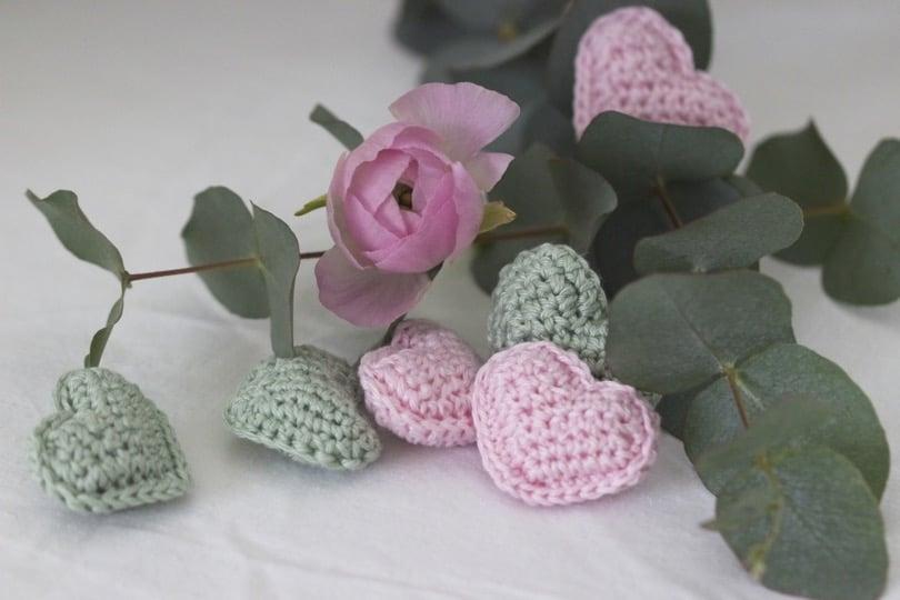 Petits coeurs crochetés rose dragée et vert pour une jolie table de Saint-Valentin