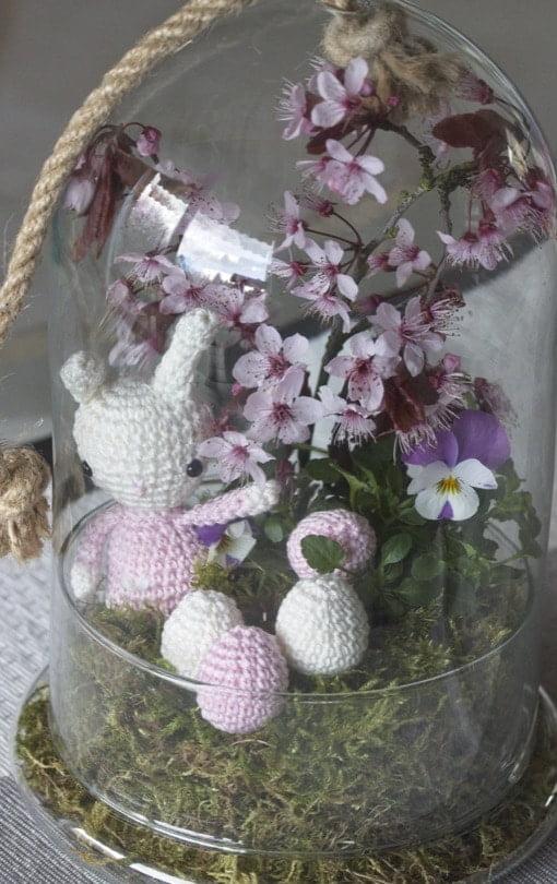 Petit lapin dans un jardin sous verre.