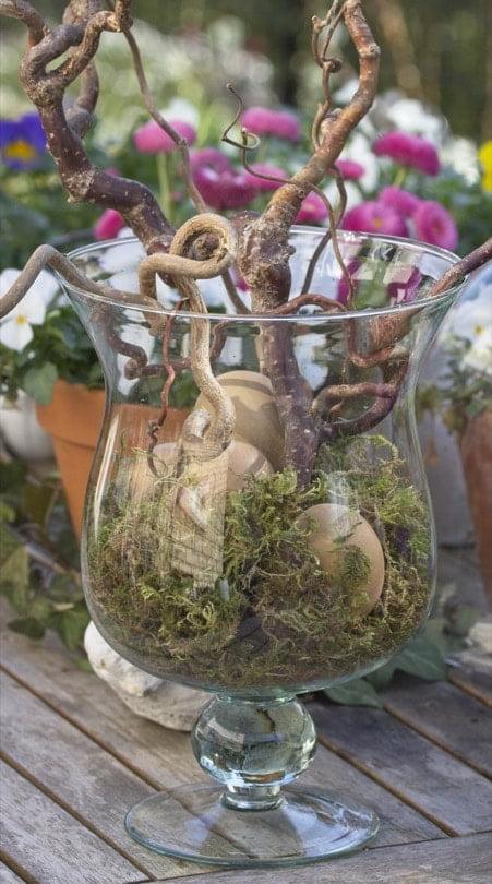 De la mousse, des racines de noisetier et des oeufs pour un arbre de Pâques