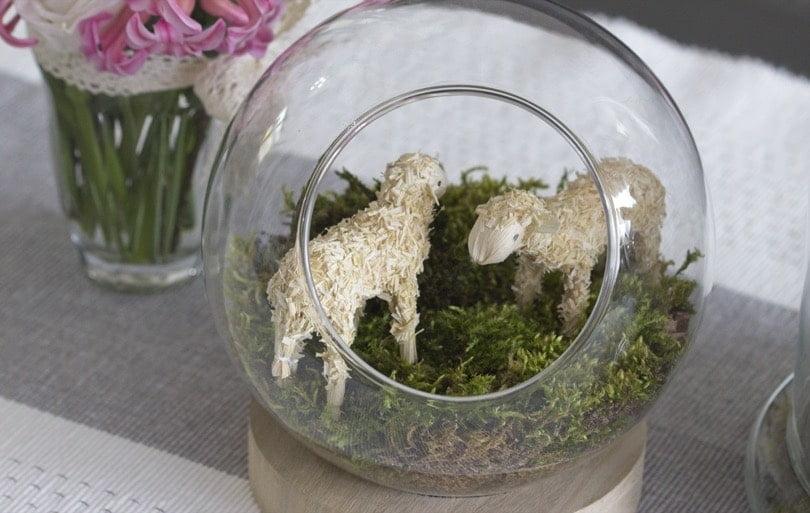 Prairie dans une boule en verre pour Pâques