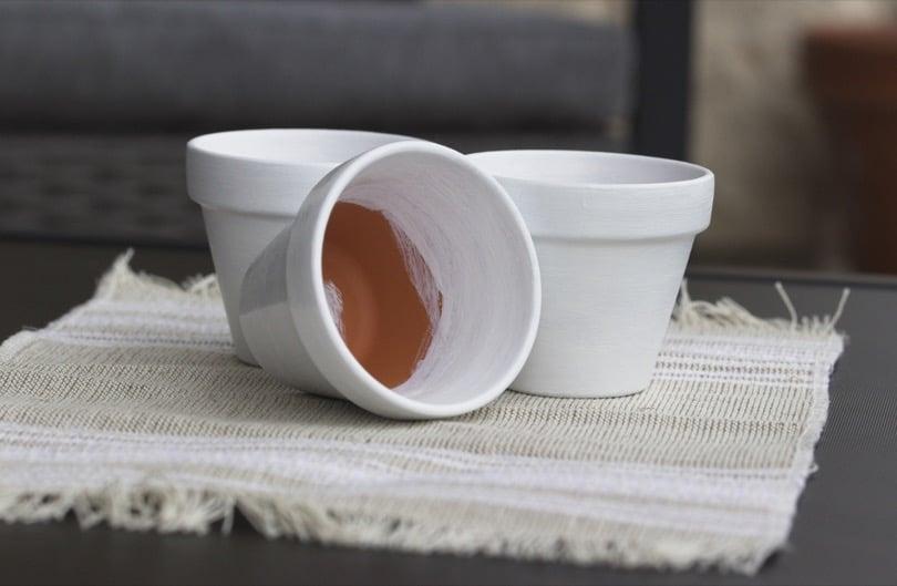 Pots en terre cuite peints pour le balcon