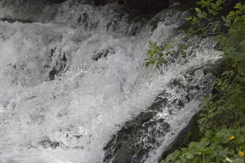Eaux bouillonnantes de la cascade du château d'Acquigny