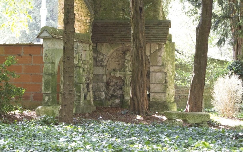 Tour du prieuré gagnée par la végétation